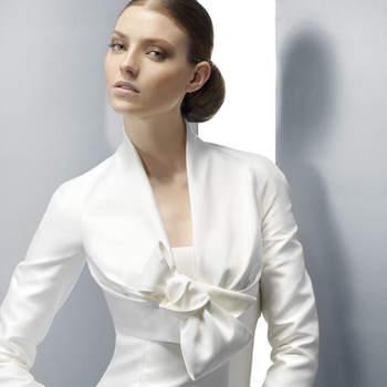 Petite veste à la coupe impeccable délicatement fermée. Jesus Peiro 2012