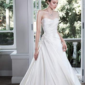 """Feminilidade moderna é encontrado neste vestido de noiva de linha Shimmer de cetim, com corpete plissado assimétrico, acentuado com espumante Swarovski enfeite de cristal no quadril. Acabado com decote tomara que caia e zipper sobre o feche do espartilho interior.  <a href=""""http://www.maggiesottero.com/dress.aspx?style=5MW700"""" target=""""_blank"""">Maggie Sottero</a>"""