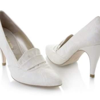 Escarpins Rachel Simpson 2012 : modèle version mocassins blancs.