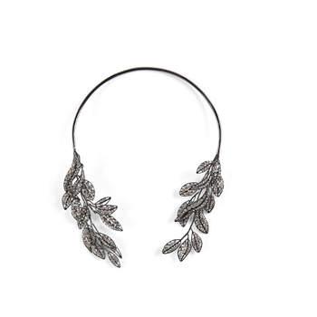 Collar de piedras adornado con hojas de piedra brillante. Credits:  BCBG Max Azria