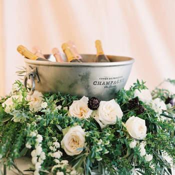 Cubo con champagne y cama de lores. Credits: Justin DeMutiis Photography