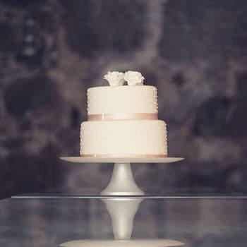 Elegante e simples: um must para noivos mais clássicos que não dispensem de um toque de modernidade | Créditos: Bolos por Gosto