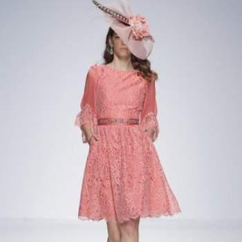 Вечернее платье длины до колен, с широкой юбкой, цвет - кораловый.