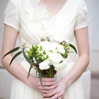 Du blanc, du vert et rien de trop imposant : un bouquet de mariée champêtre ultra élégant. - Source : Style Me Pretty