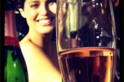 Scegli il tuo abito Pronovias sorseggiando champagne rosé, come in un film. Il piacere dell'acquisto del vestito da sposa passa anche da qui! Foto via Pronovias su Instagram