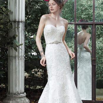 """Adornada em rendas e acentuados com um decote intemporal, esse vestido de casamento  é para a noiva verdadeiramente romântica. Cinto de cetim com cristal Swarovski frisado  é oferecido separadamente. Acabado com feche tipo espartilho ou botões mais  zíper.   <a href=""""http://www.maggiesottero.com/dress.aspx?style=5MS643LU"""" target=""""_blank"""">Maggie Sottero</a>"""