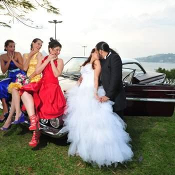 Escolhi esta foto pelo amor, cores e emoção envolvidas. Muito lindo o amor das madrinhas pela noiva. Detalhe muito especial: a madrinha de azul costurou todos os vestidos da foto!