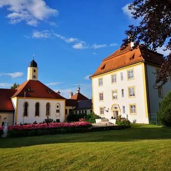 Schloss Aufhausen: Das Barockschloss Aufhausen liegt malerisch auf einer Anhöhe im Park, umgeben von seinen Wirtschaftsgebäuden, in denen reges Leben herrscht: Pferdestall, Ateliers, Werkstätten, Büros, Wohnungen und ein Spielplatz für die Kinder der vielen jungen Familien, die hier leben. Unter den Schlossbewohnern befinden sich aber auch Pfauen, Hühner, Gänse und Pferde.