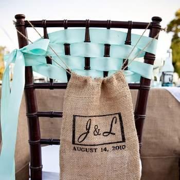 La toile de jute : rien de tel pour habiller les chaises de votre mariage ! Crédit photo : Lauren Brooks Photography