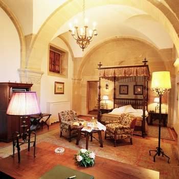 """Si te casas en Santiago de Compostela, deja que tu habitación para la noche de bodas se impregne de la espiritualidad del camino y que te traslade de nuevo al medievo, eso sí, con todas las comodidades del siglo XXI. Foto: <a href=""""http://zankyou.9nl.de/wdbk"""" target=""""_blank"""">Paradores</a><img src=""""http://ad.doubleclick.net/ad/N4022.1765593.ZANKYOU.COM/B7764770.4;sz=1x1"""" alt="""""""" width=""""1"""" border=""""0"""" /><img height='0' width='0' alt='' src='http://9nl.de/xyl3' />"""