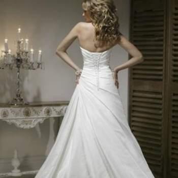 Robe de mariée bustier lacé au dos en satin et tulle, col en coeur. Vue de dos. Crédit photo: Robe de mariée romantica