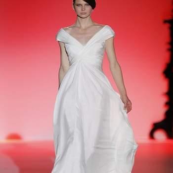 Robe de mariée au décolleté en V et petites manches : très chic. Photo : Barcelona Bridal Week