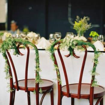 On joue avec la verdure pour la décoration des chaises. Touche de couleur chic et naturelle. Source : Style Me Pretty