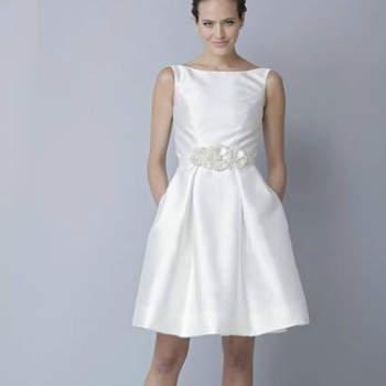 """Vestido de noiva curto, da colecção Theia Primavera 2013.Foto: <a href=""""http://zankyou.9nl.de/jr6r"""" target=""""_blank"""">Pronovias 2014</a>"""