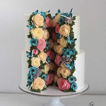 Foto Instagram: @yulia.kedyarova  Pastel de bodas decorado con flores hechas con crema pastelera