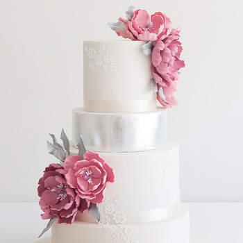 Foto: Montequilla - Pastel de bodas clasico en color blanco y flores para decorar en tonos rosas