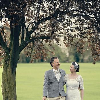 La novia lució un traje vintage y un tocado de estilo años 20. El novio quiso llevar pajarita y sombrero.