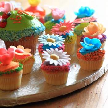 Des fleurs, des couleurs et des gâteaux appétissants, voilà qui réjouira vos invités ! Source : bestshot.nl