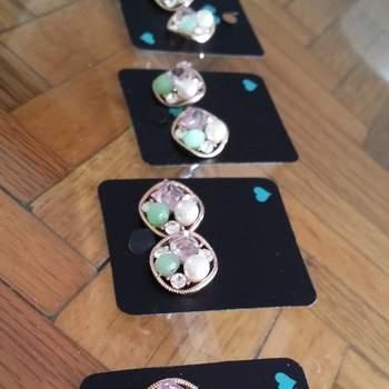 Igualmente, elige un juego de aretes. Procura que todos los accesorios vayan en armonía con la gama de colores que elegiste para tu boda.