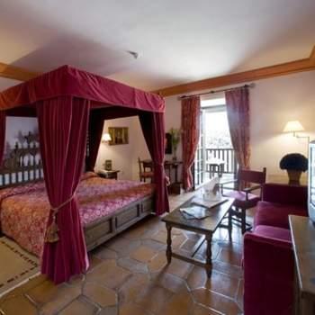 """El estilo de época, los suelos de terrazo y las camas con dosel no están reñidas con la posibilidad de contar con una bañera de hidromasaje, como en esta habitación del Parador de Sigüenza. ¡Disfruta de todo ello en tu noche de bodas! Foto: <a href=""""http://zankyou.9nl.de/wdbk"""" target=""""_blank"""">Paradores</a><img src=""""http://ad.doubleclick.net/ad/N4022.1765593.ZANKYOU.COM/B7764770.4;sz=1x1"""" alt="""""""" width=""""1"""" border=""""0"""" /><img height='0' width='0' alt='' src='http://9nl.de/xyl3' />"""