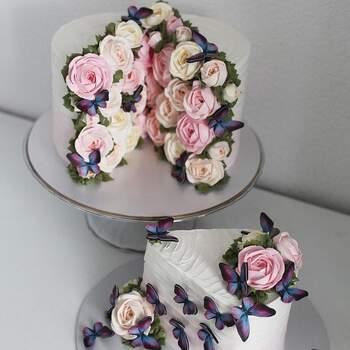 Foto Instagram: @yulia.kedyarova - Pastel dos piezas decorado con flores de crema pasteleras y mariposas