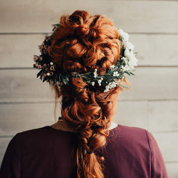 Cabelo de noiva preso com flores   Credits: Briana Nolan Photography