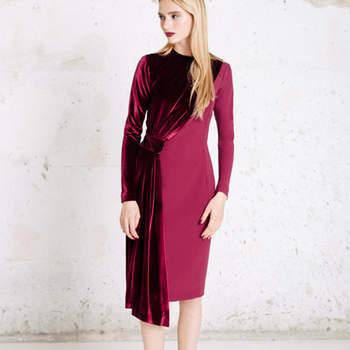 Vestido midi en crepe com contraste em veludo. Credits:  Cherubina