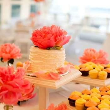 Petits gâteaux décorés d'une crème corail - Crédit photo: Mariage Original