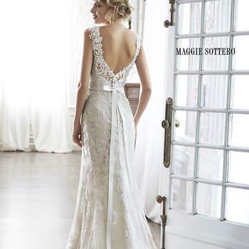 """Representando el romanticismo más puro, este vestido de novia está adornado con exquisitos encajes. Completa el look con una dramática espalda de gran detalle y con encaje ilusión, lleva escote corazón y mangas delicadas. Acabado con botón de cubierta sobre la cremallera y cierre elástico interior y opcional.   <a href=""""http://www.maggiesottero.com/dress.aspx?style=5MN083"""" target=""""_blank"""">Maggie Sottero Spring 2015</a>"""