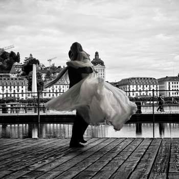 Die Kunst als Hochzeitsfotograf ist es moderne Wedding- bzw. Hochzeitsfotografie nicht gestellt aussehen zu lassen, wie es der heutigen Zeit entspricht.  Wir passen uns jedem Brautpaar individuell an, auch klassische Hochzeitsfotos können zeitgerecht fotografiert werden und auch Oma und Opa erfreuen. Hochzeitsfotos müssen nicht in diesen verstaubten Motiven aufgebaut sein, die so künstlich versuchen, das Glück zu konservieren.