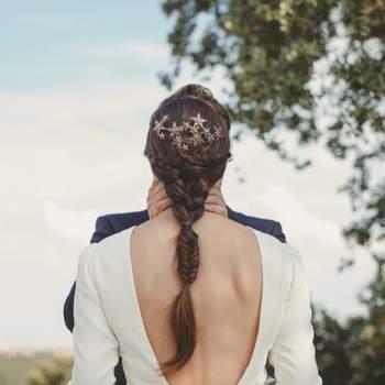 Recogido de Marieta Hair Style con tocado joya efecto envejecido en coronilla. Credits: Alicia Nacenta