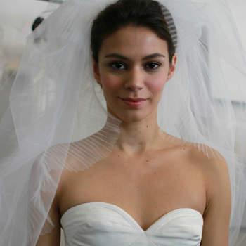 Vu lors du défilé Oscar de la Renta: maquillage naturel et voile plissé.