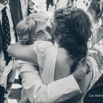 Photo : Léo Melville - À Paris et dans sa région, ce photographe de mariage réalise des reportages où le naturel et la spontanéité priment sur le reste. En toute discrétion, il capture des moments forts remplis d'émotions, à l'image de ce cliché où la mariée tombe dans les bras de sa grand-mère, heureuse et fière.
