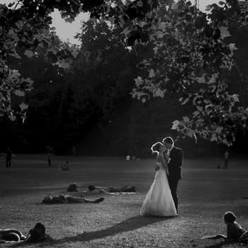 HVF – Top-Qualität in einzigartiger Gestaltung Das aus Profi-Fotografen und Filmemachern bestehende HFV-Team sucht nach Herausforderungen in ganz Europa. Mit mehreren hundert Aufträgen hinter sich schwärmen sich die Team-Mitglieder weiterhin für den Hochzeitsrausch und machen mit ihrem frischen jugendlichen Stil  lebenslange, zeitlose Erinnerungen für diejenige, die ihnen Vertrauen entgegenbringen. Sie glauben daran, dass jede Hochzeit und jedes Paar einzigartig ist, was sich in ihrer Arbeit immer schön widerspiegelt. Sie vertreten diese Sichtweise in ihren Kunstwerken mit fotojournalistischem und kinematographischem Stil. Entscheiden Sie sich nicht für das HVF-Team, wenn Sie die einfachen und  wiederkehrende Bildeinstellungen, die man tausend Mal sieht, bevorzugen und sich in langen, langweiligen, ereignislosen Videofilmen wiedersehen möchten. Entscheiden Sie sich für das Team nur dann, wenn es Ihnen wichtig ist, auf den Bildern kleine, geheime, gefangene Momente und gelebte Emotionen zu sehen. Wählen Sie das Unternehmen auch dann, wenn Sie einen auf Ihren Einzelfall geschneiderten Film sehen möchten, der Sie auch zum Lachen und zum Weinen bringt, wenn Sie sich ihn schon hundert Mal angeschaut haben.
