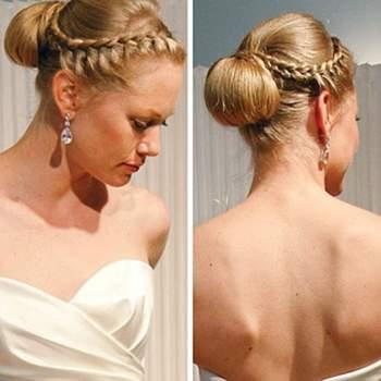 La tresse forme une couronne qui se termine par un chignon souple. Photo : www.abiti-da-sposa.com