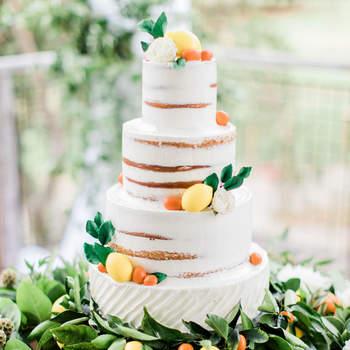 Os naked cakes continuam a ser uma opção de bolos de casamento muito procurada pelos noivos | Créditos: Brett Hickman Photographers