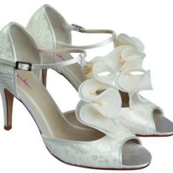 Chaussures en dentelle avec volute à l'avant : des chaussures de mariée très stylées que l'on verrait à merveille avec une robe courte. Source : Rainbow Club Kate Wedding Shoes