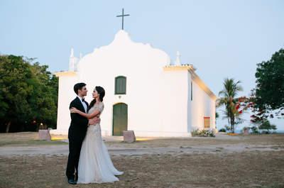 Destination wedding em Trancoso de Ayla e Patrick: lindo cortejo e decoração tropical