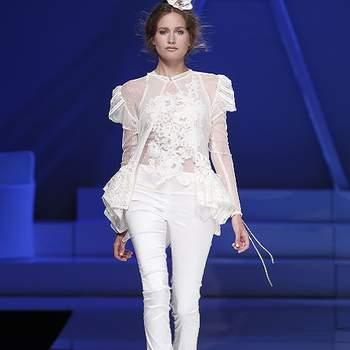 Ensemble pantalon avec blouse en dentelle et manches courtes. Photo : Barcelona Bridal Week