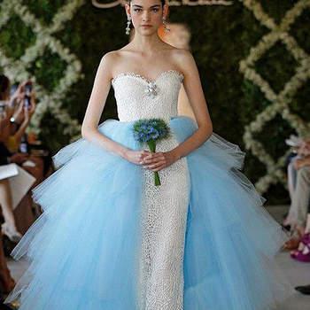Une touche bleue en parfait accord avec le bustier blanc, du tulle : voilà une magnifique robe de mariée. Photo : Oscar de la Renta