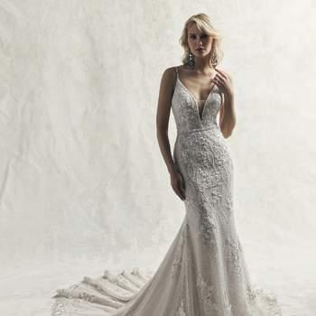 Un elegante vestido que presenta abalorios por todo el talle: perlas y motivos de encaje bordados sobre tul texturizado.