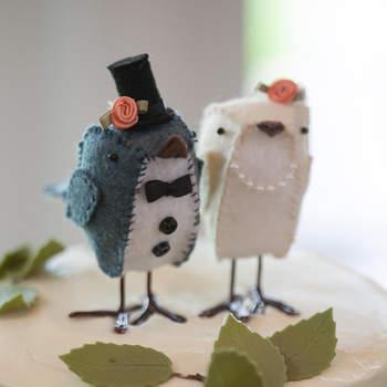 Foto: Felt Bird Bride and Groom Cake Toppers via Etsy