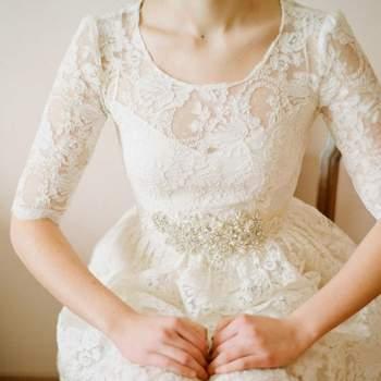 Um busto elegante pode e deve ser sublinhado pelo design do vestido; enriqueça-o com bordados ou rendados em mikado, crepe ou rendados clássicos, se preferir algo mais sóbrio. Foto: Le animal
