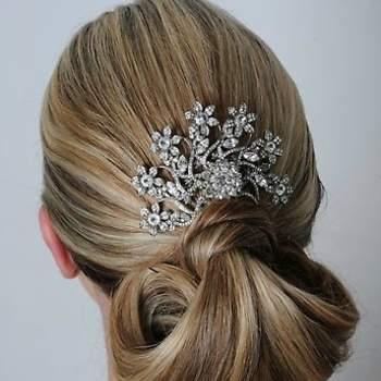 Fleurs diamantées à poser dans un chignon, rien de tel pour une coiffure de mariée vintage. - Source : www.maritzasbridal.com