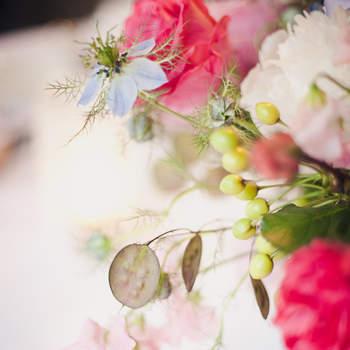 Weiss, Rosa und Pink, eine perfekte Farbenmischung für die Tischdeko. Foto: 2Rings Trouwfotografie (Holland)