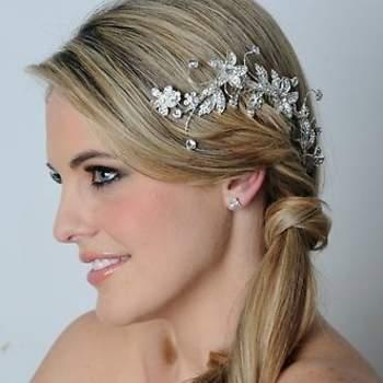 Des fleurs en arabesque que l'on pose dans les cheveux : touche vintage garantie ! - Source : www.maritzasbridal.com