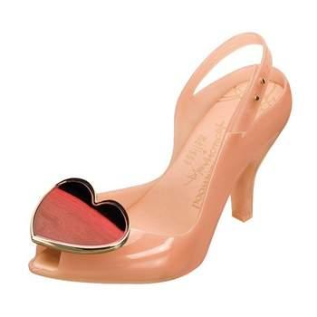 Sandale effet plastique  avec gros bijou en forme de cœur à la pointe. Photo : Melissa by Vivianne Westwood