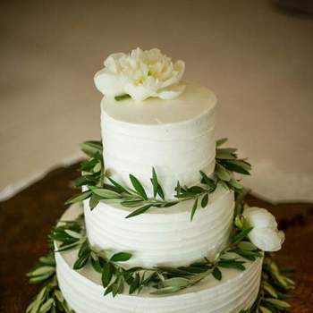 Singelos e delicados, adoramos bolos de casamento de 3 andares com flores e alusões à natureza | Créditos: Fina Cake Design