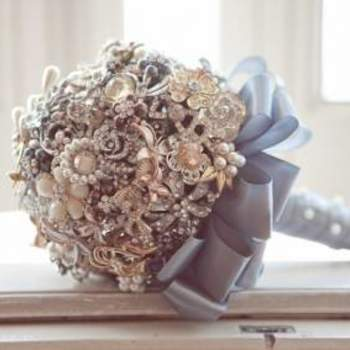 Brautstrauß aus Perlen und Schmucksteinen- Foto: Flavia Soares