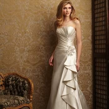 Precioso vestido en raso. Escote palabra de honor con contorno fruncido con un ajuste favorecedor en la cintura con un broche de perlas y cristal.